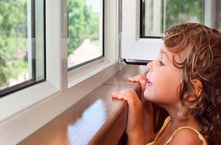 дети в опасности рядом с окнами